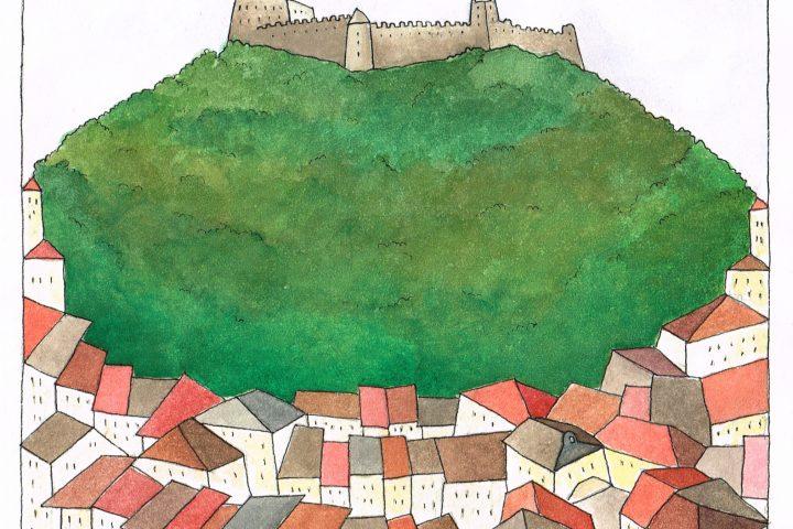 Il castello di Pergine galleggia col suo cuscino verde sopra un tappeto di tetti grigi e marroni