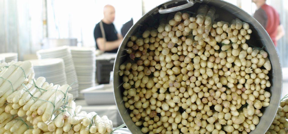 Asparagi bianchi di zambana pronti per essere cucinati
